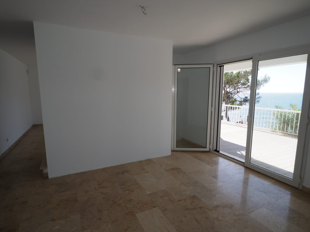 Amazing Front line Villa located in Camp de Mar with direct access to the sea and amazing sea views!