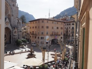 INVESTMENT OPPORTUNITY - RENOVATION PROPERTY - Semidetached townhouse with business premises for sale in the center of Soller.