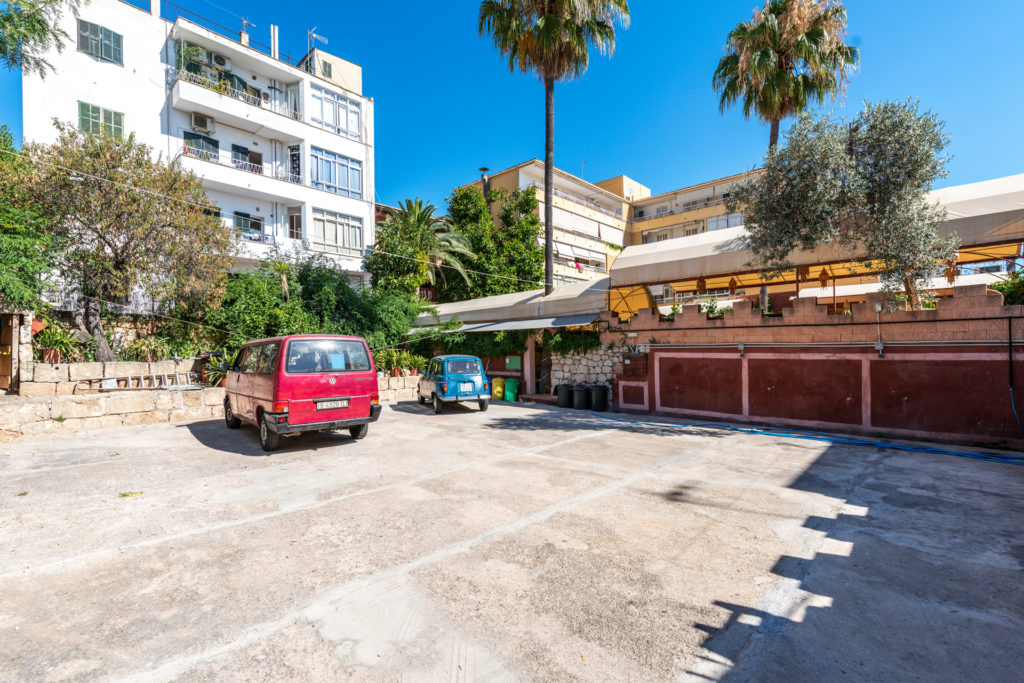 Investment opportunity: Semidetached townhouse with hotel and restaurant licence for sale in Palma.